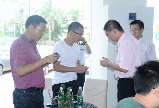 王澍总经理与记者互换名片-法式优雅 一车阳光 大C4毕加索试驾会深圳
