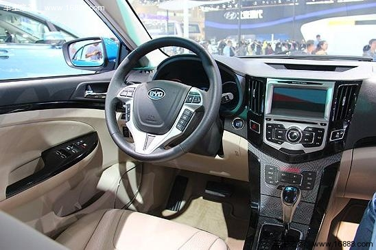 """比亚迪F3速锐 在配置方面,除了电子语音导航系统、智能辅助驾驶系统和移动数字电视等常规的高端配置外,最令人砰然心动的是F3速锐将配备全球领先的""""遥控驾驶技术"""",在一定可视范围内,驾驶人在车外使用遥控钥匙,可以实现车辆启动、前进后退、左右转向,控制车辆低速行驶,真正实现""""无人驾驶""""。这项功能十分人性化,例如,在停车位非常拥挤的情况下,车主可以通过遥控钥匙让车辆安全移出;在恶劣天气时,可以将车辆遥控移动至自己身边,免受风吹雨淋。"""