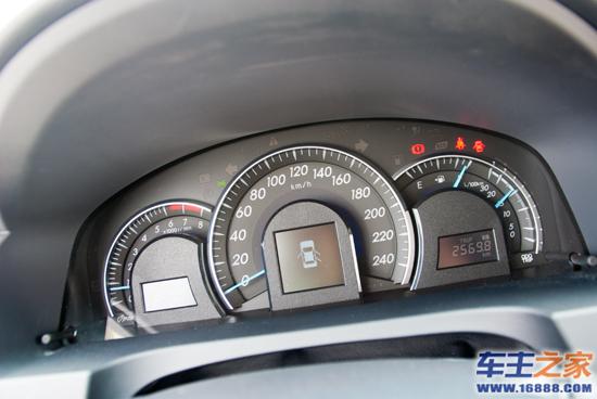 汽车仪表板装配-高配车型仪表盘配备行车电脑-空间利用优化 试驾广汽丰田第七代凯美瑞高清图片