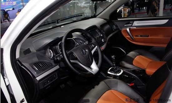 中控台按键设计也很清晰分明,更方便驾乘过程中操作.