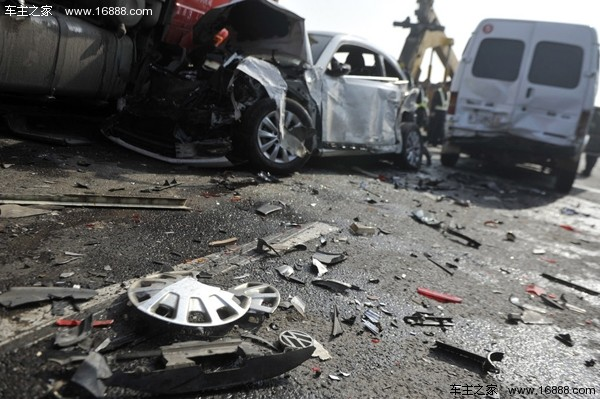 安徽合淮阜高速发生重大事故 70余车追尾