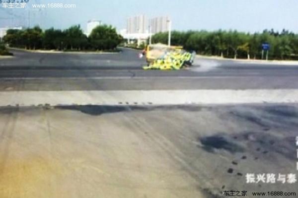 河南校车货车相撞现场惨烈 已致2名儿童死亡