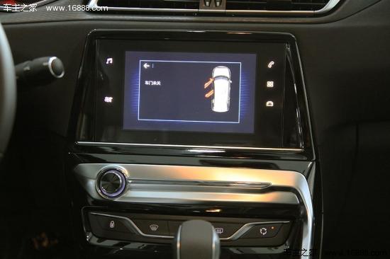 全新一代標致308已于9月25日正式上市。出自EMP2第二代高效模塊化平臺,新一代308可以說比上代車型有了翻天覆地的變化。煥然心生的動感造型,鑒賞時代的質感座艙,極智所能的馭感科技,內外兼修。東風標致正努力將其打造成新世代中級車創行者! 外觀方面:  新一代308前臉設計真的是大改特改,曲線飽滿,更加立體。