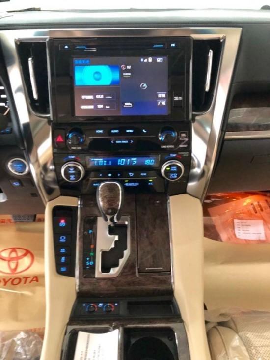 2019款丰田威尔法双擎2.5L现车仅86.2万起售